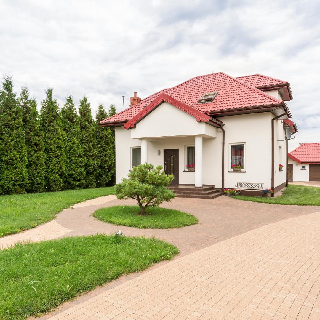 Maison avec toit rouge en résidence